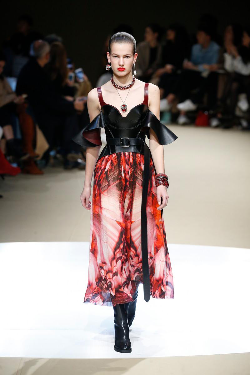 0cd1b97c9c80 Alexander McQueen Catwalk Fashion Show Paris FW2018